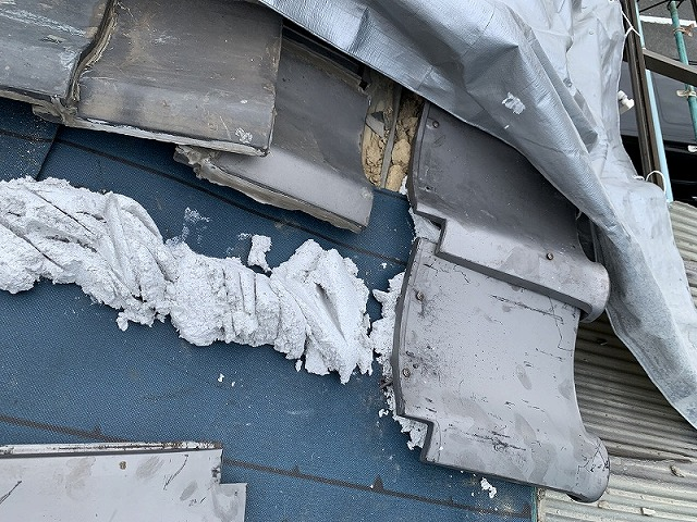 軒先の瓦を取り付け、取り合い部分の瓦の補修をします。