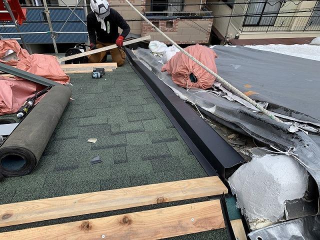 隣り屋根との取り合い部の板金取り付けました。