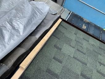 隣り屋根との取り合い部分の下地仕舞をします。