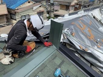 棟の瓦との取り合い分を板金で加工して蓋を作ります。