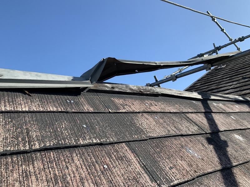 棟包板金が強風で浮き上がってしまっています。