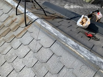 棟際に防水テープを貼って、雨水の侵入を防ぎます。