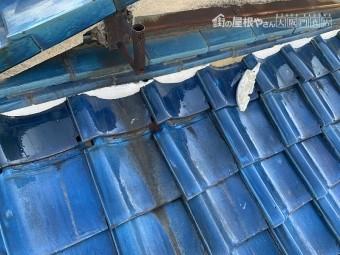桟瓦がズレ、壁際のノシ瓦の面戸漆喰が剥がれています。