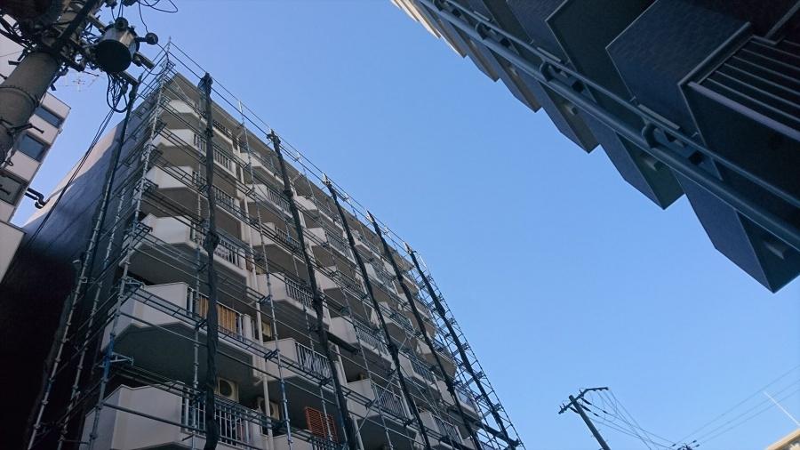 門真市の8階建てマンション足場完成