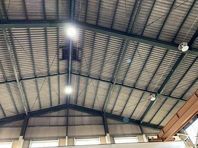 工場ですので、かなり屋根が高いです。