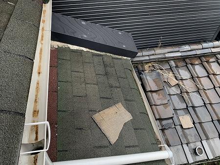 飛散したフルベストが下屋根と、瓦屋根の下屋根に転がっています。