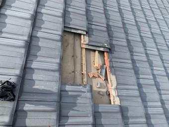 割れた平板瓦を外します。