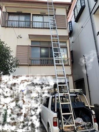 3階建てなので、車の荷台から梯子を最大まで伸ばしてやっと届きます。