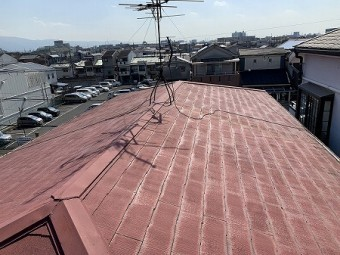 3階屋根にはカラーベストが葺かれています。