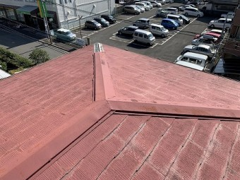 隅棟の先の棟包板金が飛散しています。