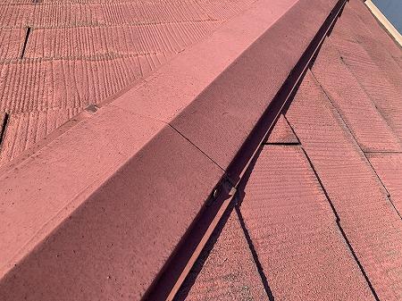 棟包板金を留めつける釘が浮いています。