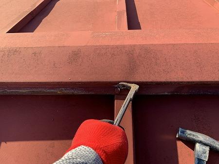 既存の棟包板金の釘を外して、解体します。