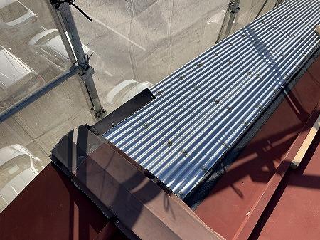 昨年の台風の被害で飛散した部分んは、波板鋼板で応急修理されています。