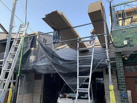 スーパーガルテクトをケースごと屋根に揚げます。