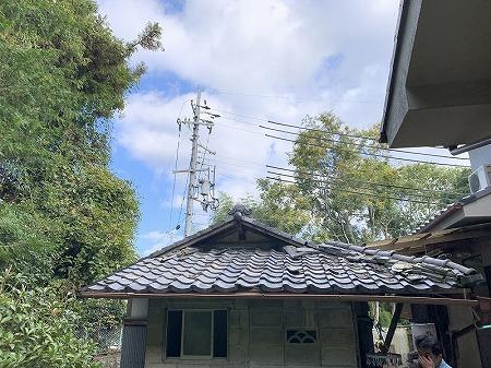 母屋の裏側の小屋の屋根の改修依頼です。