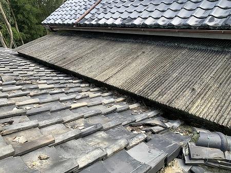 屋根の上に波板屋根が乗ってますので、波板を撤去しなければなりません。