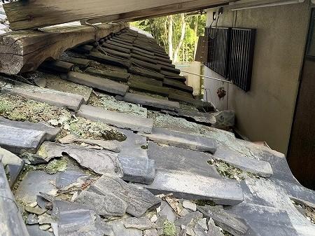 波板屋根の下の角材はかなり腐食しているので、交換が必要です。