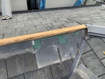 棟際で谷部分の割れたスぺリアルを外します。