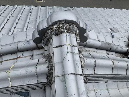 鬼瓦廻り、棟取り合い部の漆喰が劣化しています。
