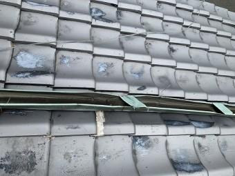 銅の屋根上を這わす樋が拉げています。