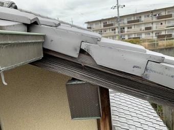 袖瓦の垂れ部分が割れています。