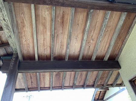 玄関屋根の野地は化粧野地ですので、施工は注意しなければなりません。