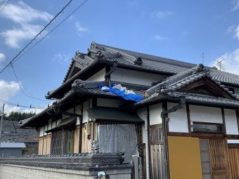 昨年の台風21号の被害でまだブルーシートが掛けられた家があります。