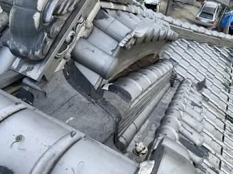 崩れた瓦部分に粘着ルーフィングで養生がされています。