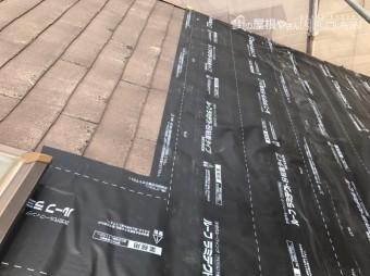 粘着タイプの屋根下葺材「ルーフラミテクト」を貼ります。
