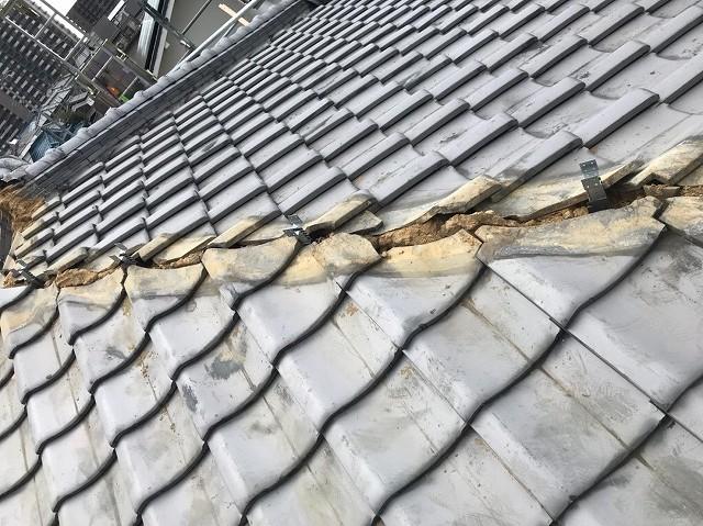 棟のノシ瓦をすべて取り除き、棟下の瓦を葺き直します。