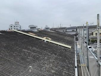 スレート屋根上にリファインルーフ650を荷揚します。