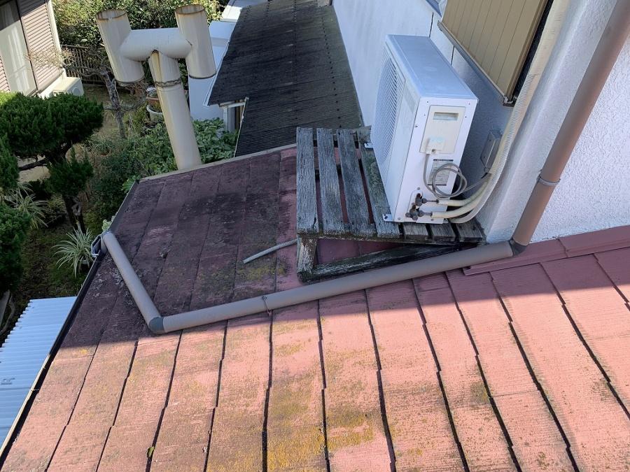 屋根上にクーラーの室外機が乗ってますので移動が必要です。