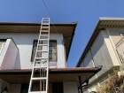 ハシゴを掛けて、2階屋根に上がります。