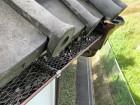 樋の落ち葉除けにラス用の金網が取り付けられてます。