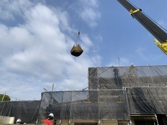 大きな屋根ですので、レッカーで吊り上げて瓦、土を下ろします。