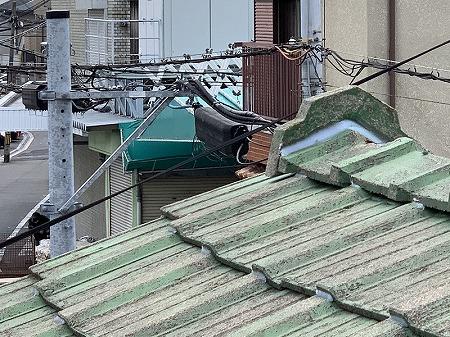 厚型スレート瓦にズレが見られます。
