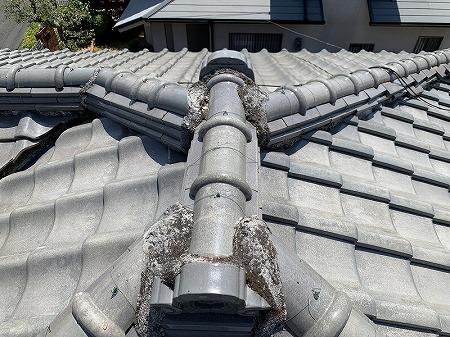 交野市 棟瓦が段々のズレが、地震の影響と思われますが、これで雨が漏らないんですね、、