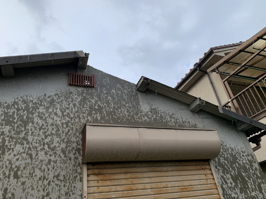 摂津市でガレージの屋根の波型スレートが無くなっており、雨がダダ漏りの屋根を修理!これで建物の中に雨は降りません。