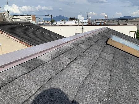天窓付きのカラーベスト屋根です。