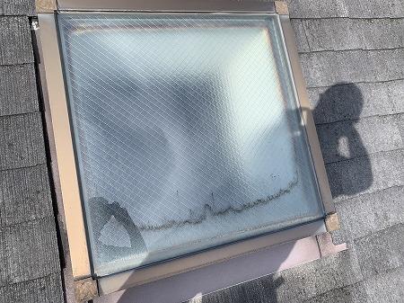 天窓からの雨漏りは良く見られます。