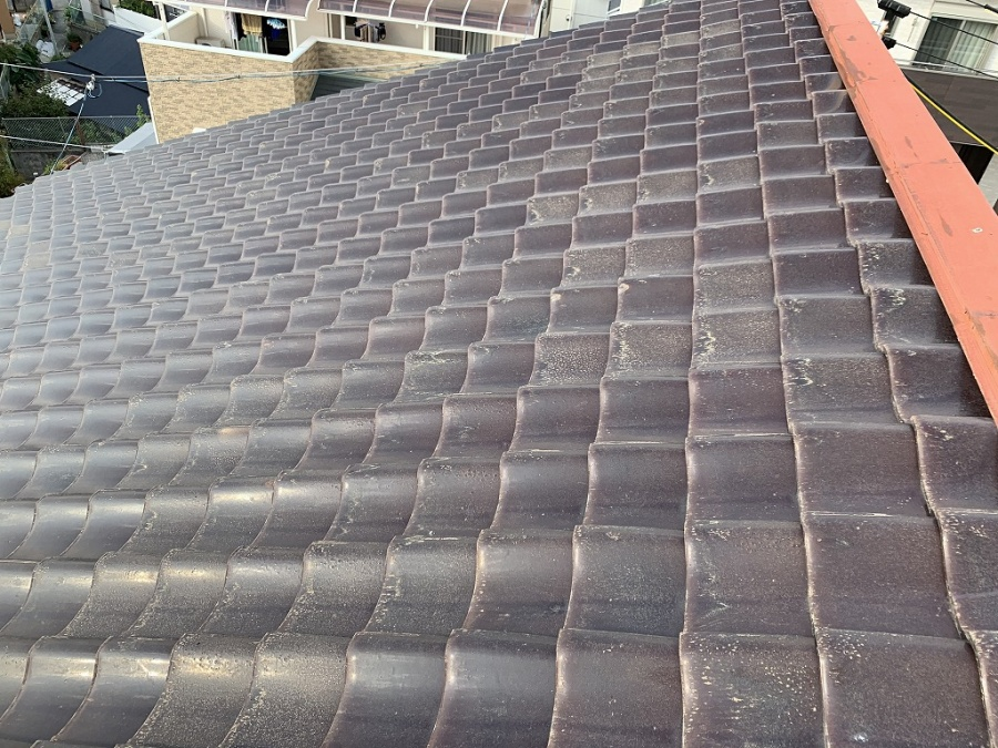 枚方市 強風で浮き上がった和瓦で葺かれた差し掛け屋根の瓦補修工事を行いました。
