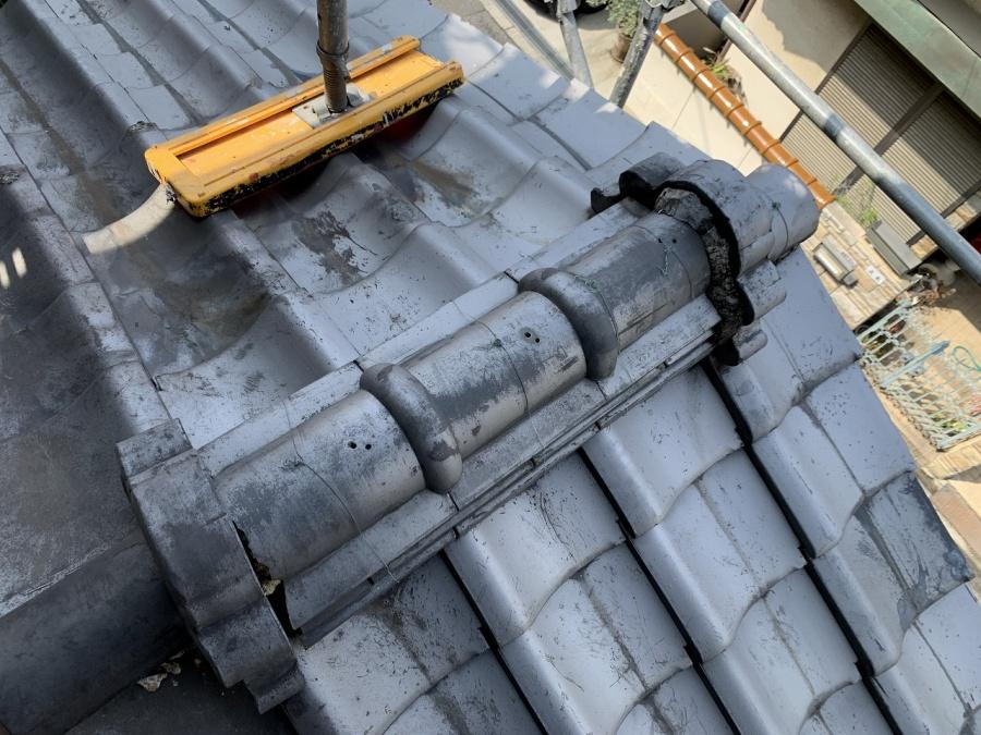 下屋根はいぶし瓦です。