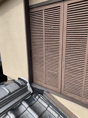 棟瓦と戸袋の取り合いに防水テープが