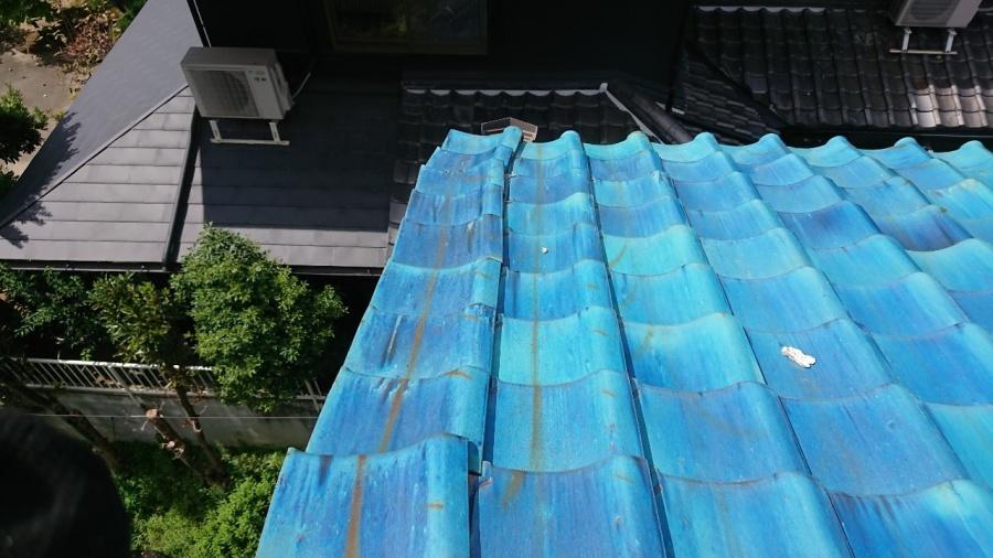 ケラバ際の袖瓦がズレて畝っています。
