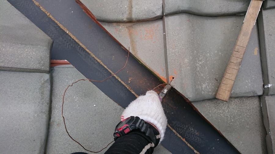 瓦が下がらないように銅線で緊結します。