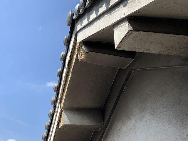破風板の漆喰も剥がれています。