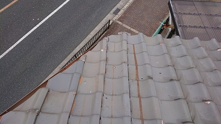 斜めの軒部分の割れ瓦も交換しました。