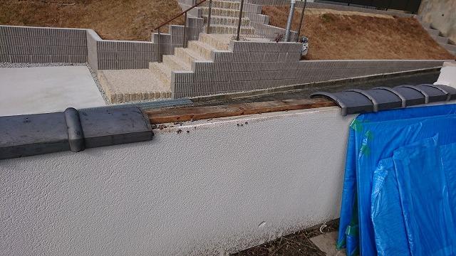 割れた塀の瓦を外していきます。