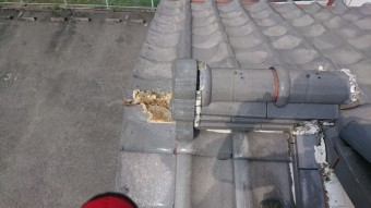 巴瓦の欠損、棟止まり漆喰が剥がれています。