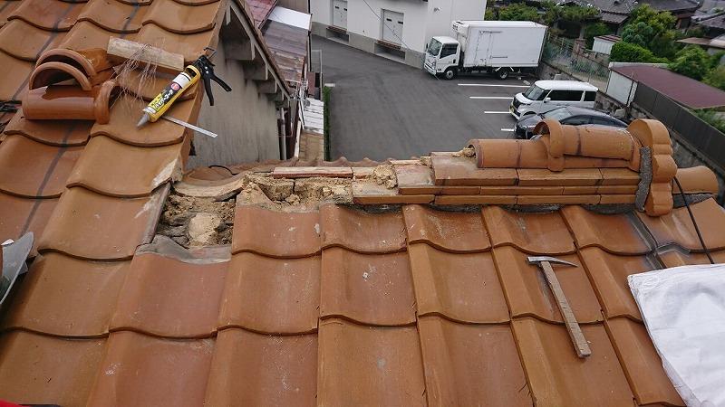 瓦の棟部分を解体